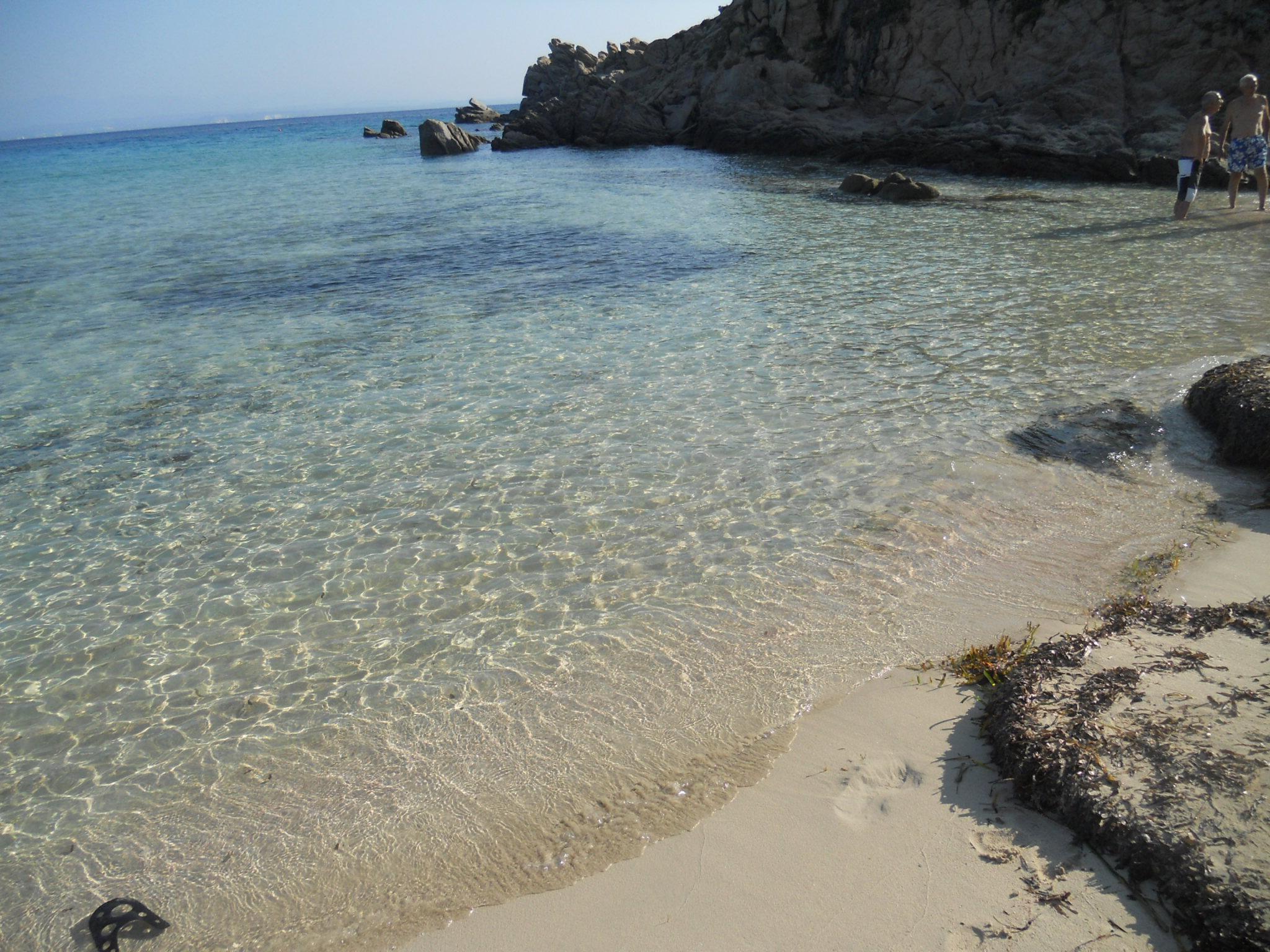 La spiaggia della Rena bianca si veste di rosa.